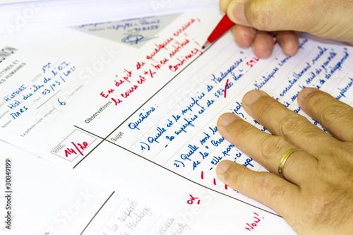 Foto  Professeur corrigeant des copies d'examen