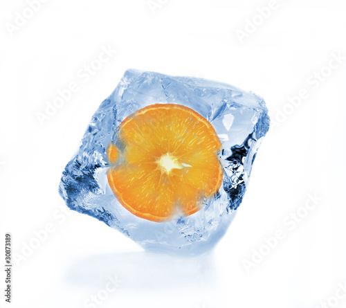 Poster Dans la glace Orange slice in ice cube