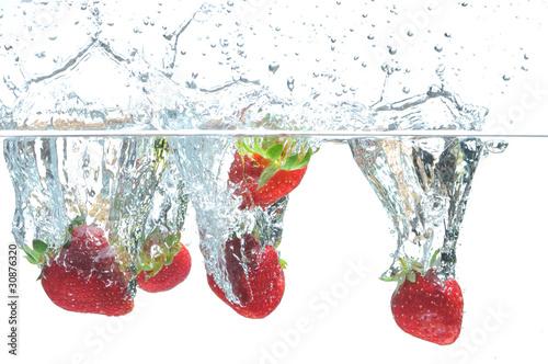 truskawka-spada-w-wodzie