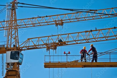Papiers peints Attraction parc Worker on the top of a crane