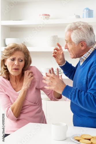 Plakaty o przemocy starsza-para-ma-argument-w-domu
