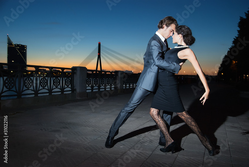fototapeta na szkło tango w miasto nocą