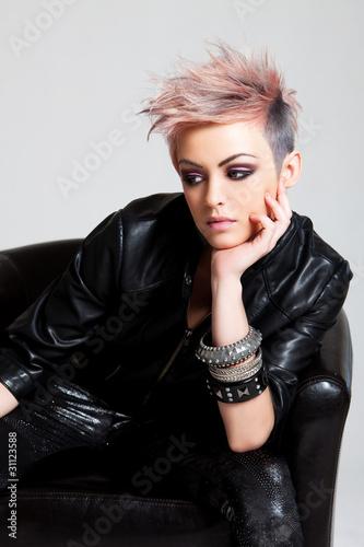 atrakcyjna-mloda-kobieta-w-stroju-punk