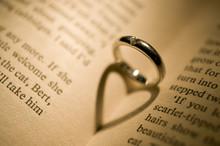 結婚指輪とハート