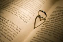 結婚指輪の影 ハート