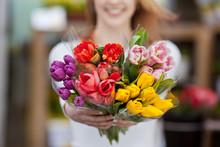 Frau Zeigt Blumen Vom Markt