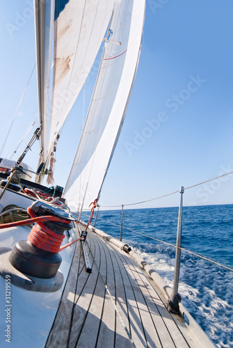 jacht-zegluje-w-morzu