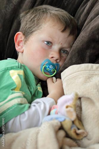 Fotografie, Obraz  Enfant fatigué avec tétine et doudou !... (5 ans)