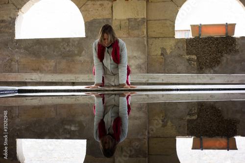 Deurstickers Narcis femme visitant un vieux lavoir girondin