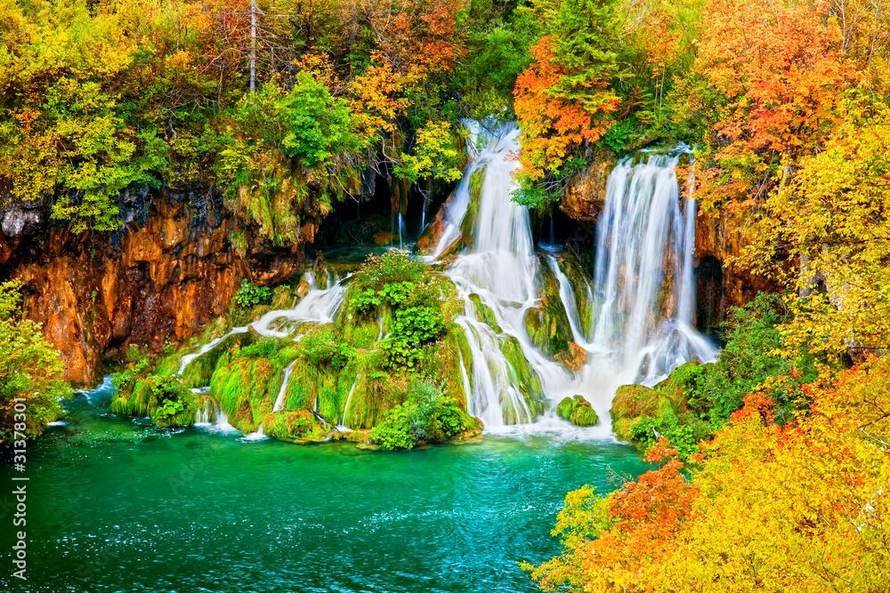 Fototapety, obrazy: Wodospad w jesiennym lesie