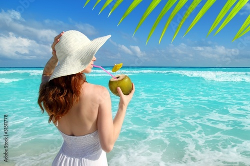 Foto op Plexiglas Caraïben coconut fresh cocktail profile beach woman drinking