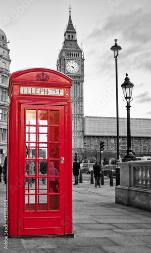 In de dag Londen Red phone booth in London with the Big Ben in black and white