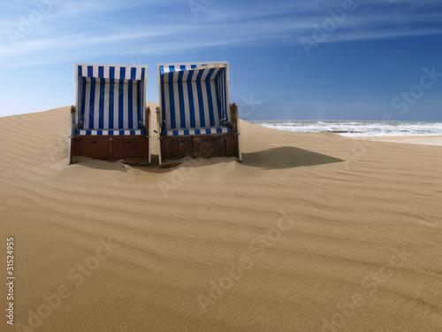 Foto-Leinwand - beach chairs on a deserted sand dune (von avarooa)