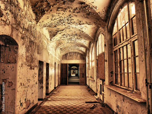 Photo Stands Old Hospital Beelitz alter maroder Flur im Krankenhaus