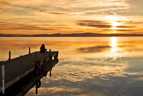 Papiers peints Jetee mirando la puesta de sol