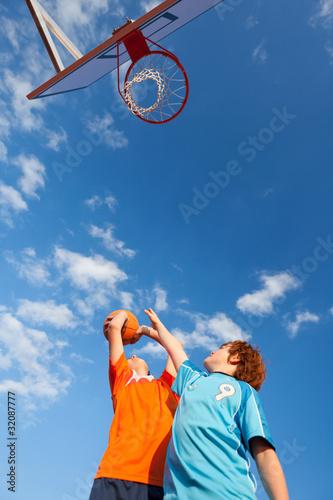 Fotografiet  zwei freunde spielen basketball