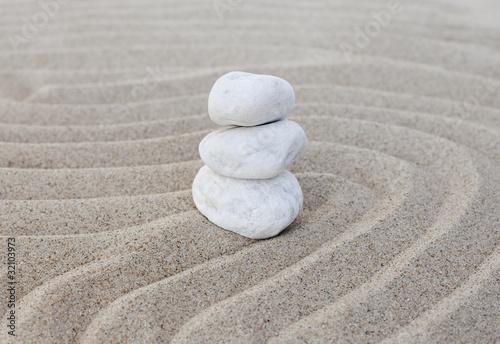 Photo sur Plexiglas Zen pierres a sable galets blanc zen en équilibre sur le sable