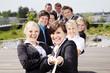 canvas print picture - Lachende motivierte Mitarbeiter ziehen am Seil