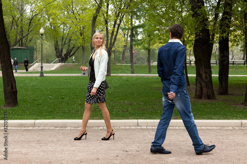 Valokuva  Молодые люди случайно встретились на дорожке парка.