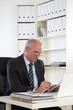 alter Businessmann mit Laptop