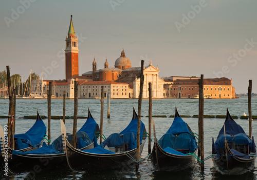 Obrazy Wenecja  gondole-na-grand-canal-i-bazylika-san-giorgio-maggiore