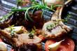 Lammkotelett in einer Pfanne mit Gemüse