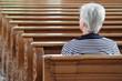 canvas print picture - Frau sitzt in Kirche