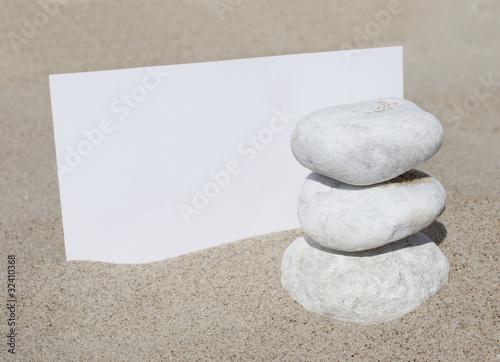 Photo sur Plexiglas Zen pierres a sable carton blanc pierres zen