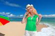 久高島のビーチで休日を過ごす笑顔の女性