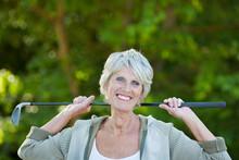 ältere Frau Mit Golfschläger