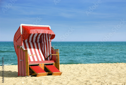 Foto-Schiebegardine Komplettsystem - Roter Strandkorb am Meer 312