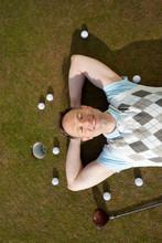 Entspannter Golfer Liegt Auf Dem Rasen
