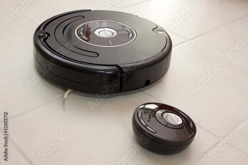 Fotografia  Aspirateur robot avec sa télécommande
