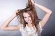 Hübsche Frau zieht sich vor Wut an den Haaren