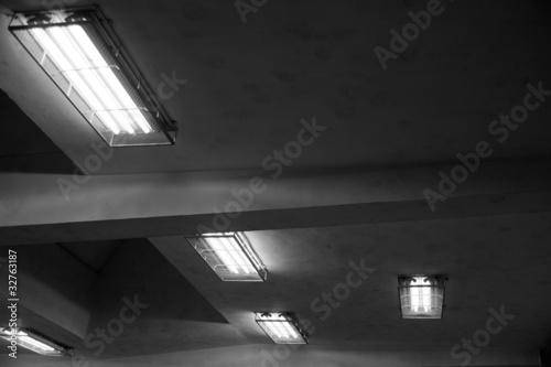 Fototapeta stare świetlówki na suficie obraz