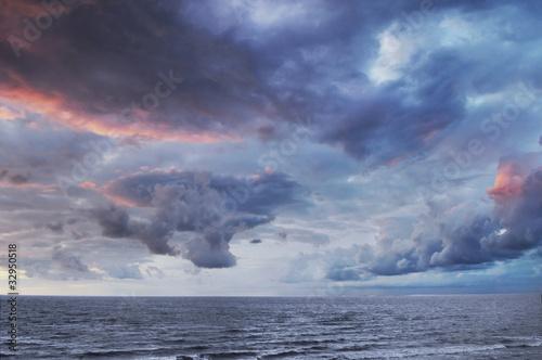 Foto  Dramatischer bunter Himmel und Meer