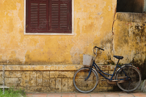 Fotobehang Fiets Bicycle and old house in Hoi an, Vietnam