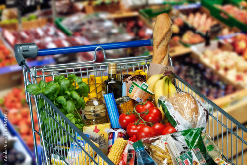 Fotografie, Obraz Lebensmittel im Einkaufswagen