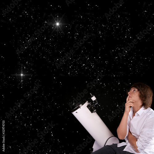 Photo jeune homme astronome