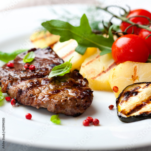 Papiers peints Steakhouse Grilled steak with grilled vegetables