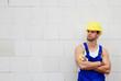 Bauarbeiter vor gemauerter Hauswand