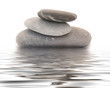 zen kieselsteine im wasser