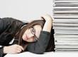 Zmęczona przepracowana kobieta sekretarka