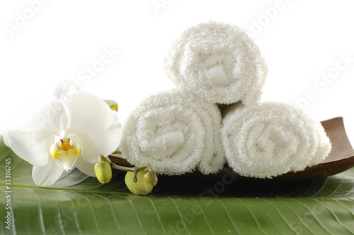 Fototapety, obrazy: wooden bowl of orchid and towel on banana leaf