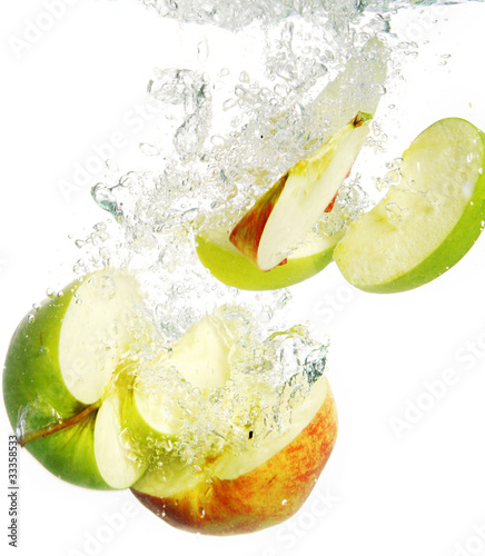 Poster Eclaboussures d eau Colorful apples falls into water