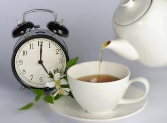 Fototapeta Do herbaciarni Tea being poured into tea cup
