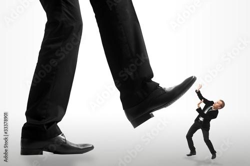 Fényképezés Homme d'affaire se faisant écraser par un géant