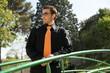 jeune homme élégant avec lunettes de soleil et cravate