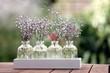 Blumen in Schmuckgläsern Schleierkraut