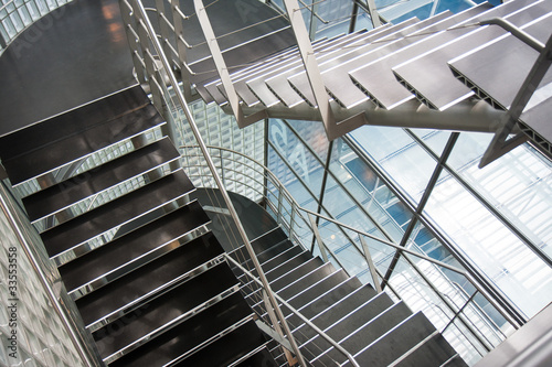 otwarta-klatka-schodowa-w-nowoczesnym-budynku-biurowym